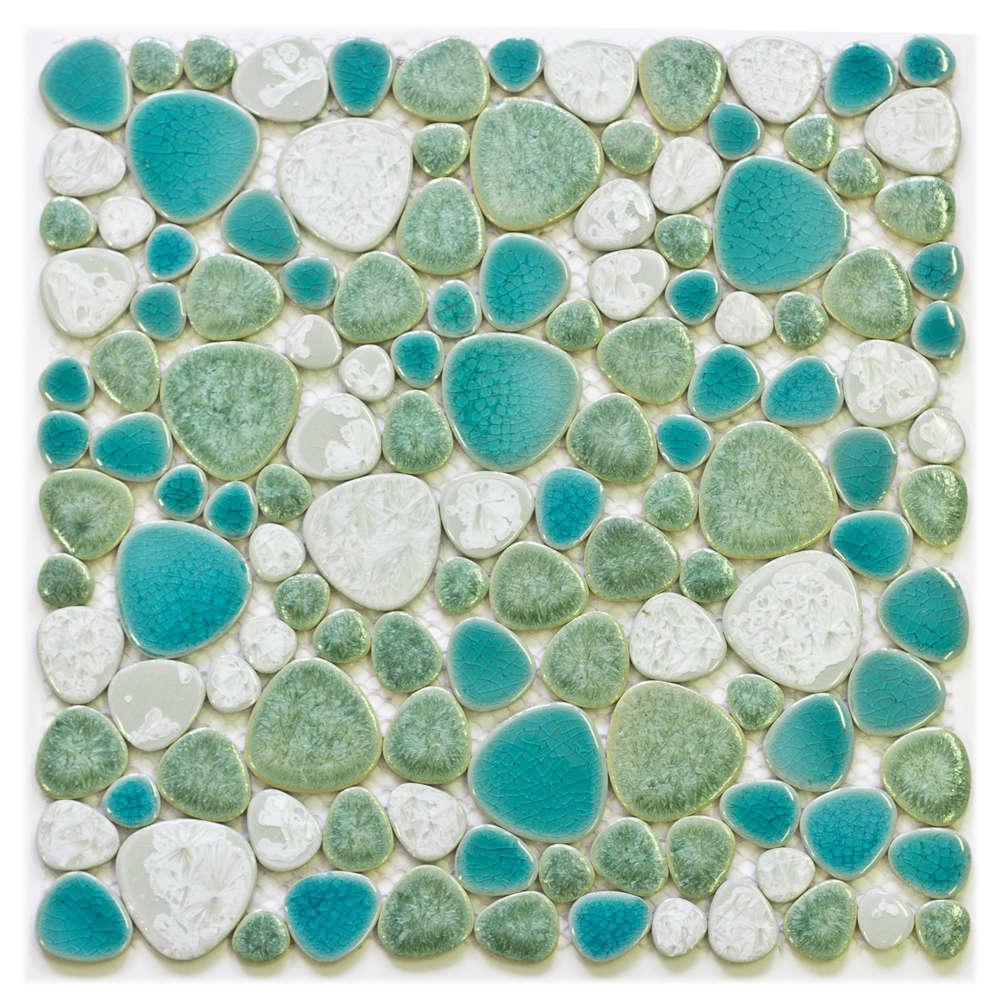 Морская галька и голубая плитка на стенах